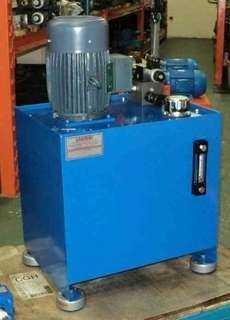 Unidade hidráulica com amortecedores na base do reservatório