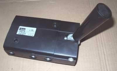 marca: Parker <br/>modelo: A3321KM rosca3/8 5vias c/alavanca <br/>estado: nova, s/ caixa <br/>Também temos o modelo com rosca 1/2, 3 vias (AP-22-KM)